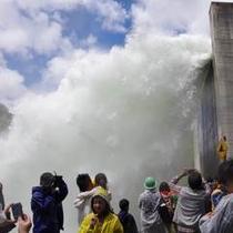 【春】矢木沢ダムでは年に一度だけ大放流!!(5月下旬のある日曜日)
