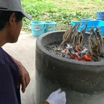 【夏】つかみ取りした魚の塩焼き職人