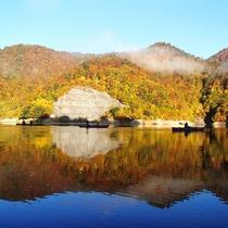 【秋】秋の紅葉カヌーは湖面に映って2倍の紅葉が楽しめる