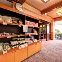 *お土産処/日間賀島の名産品がズラリ!ご家族やお友達へのお土産にどうぞ。