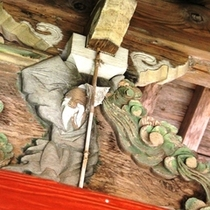 【外観】朱塗りの門内部の木像