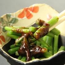 【夕食一例】四季、地場産の山菜や野菜を使った旬の「四季彩料理」をお楽しみいただけます。