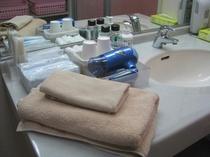 【大浴場】脱衣室のアメニティは、フェイス・バスタオル・ハブラシ・カミソリをご用意しています。