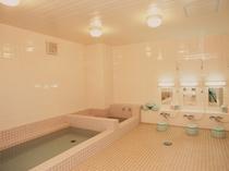 【大浴場】男性専用。掃除の行き届いた清潔なお風呂で足をのばしてゆったりとお寛ぎいただけます。
