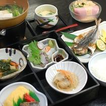*【朝食一例】和定食を広間にてご用意