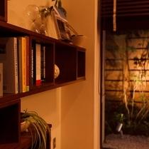 【ロビー】ソファスペースに備え付けられた本棚。ご自由にご覧ください