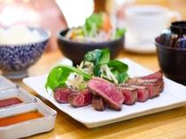 【ステーキハウス欅】一番人気の「松ランチ」。他にも「柏ランチ」や「ポークステーキランチ」も好評です。