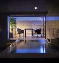 ちょっと豪華に、贅沢に御影石の貸切風呂は、家族に丁度良い。