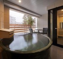 源泉かけ流しの贅沢プライベート露天風呂を満喫してください。