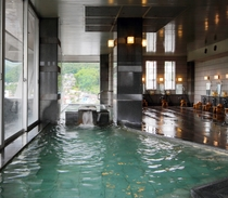 上山市街を望む、展望大浴場。