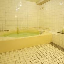 【小浴場】客室ユニットバスのほか、浴場がございます。一度に2〜3名様程度の浴場です。