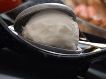 デザート・琴引きの塩アイスを竹炭もなかでどうぞ♪