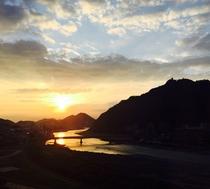 【朝日に映える金華山と長良川】