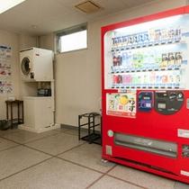 1階フロント奥にコインランドリーと自動販売機を設置