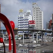 JR函館駅からのホテル全景(昼景)黄色い看板がすぐ見えます♪