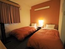 【ツイン】客室ベッドはシモンズ製ベッドを導入。疲れを癒してぐっすりお休みください。