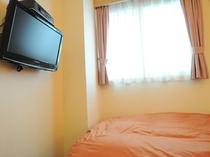 【壁掛け液晶22型TV】全室に完備。ベットで横になりながらでも快適にご覧いただけます。