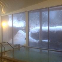 *新館大浴場/窓からは雪見をお愉しみ頂けます。情緒が漂います。