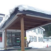 *外観/白く雪化粧をした当館。冬の景色は風情が増します。