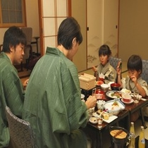 2009.7別館12畳間食事風景