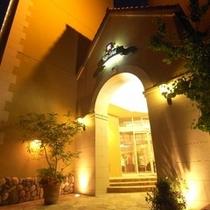 ホテルエントランス 夜