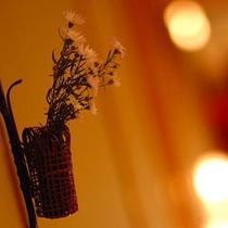 館内の一風景♪やさしい光とお花を横目に大浴場へ♪