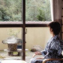 華松亭の窓から見える小庭♪露天風呂付きのお部屋です!