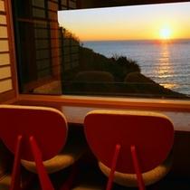 【部屋】特別室フロア「静の海」客室は 全室窓際にカウンター&チェア