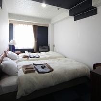 平25年夏撮影 禁煙コンパクトツイン 青と白を貴重にしたコンパクトでスタイリッシュなお部屋