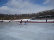 スピードスケートの大会が開催される「苫小牧ハイランドスケートセンター」
