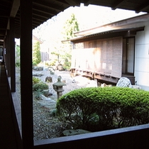 別棟離れ前の庭園