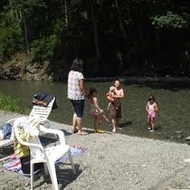 当館前の清流・鮎川で川遊び