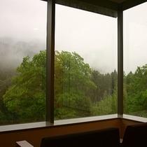 霧に煙る山々の眺めもまた一興