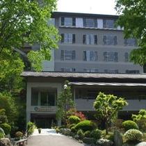 自然のまぶしい緑に包まれた夏の当館