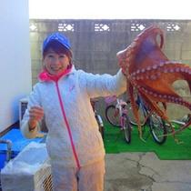 大きな蛸にはしゃぐ♪
