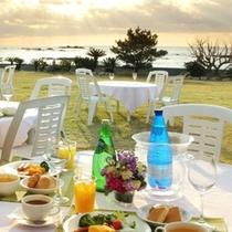 お天気の朝はテラスで朝食を…。