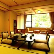 木の香いっぱいの数寄屋造りの部屋で至高の寛ぎをどうぞ。