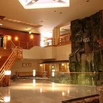 ※「泉の広場」大きな滝が有り、お客様の憩いの場になっております。