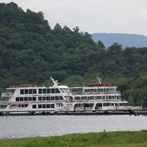 休屋から出港する遊覧船