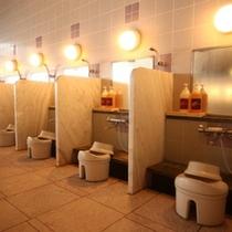 大浴場の洗い場には仕切がございます
