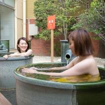 信楽焼の壷湯が登場。あふれるお湯をひとり占めできます