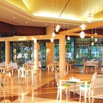 *【レストラン】大きな窓からは美しい森を望むレストラン。