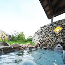 *【露天風呂】空と森を望む、開放的な露天風呂です。