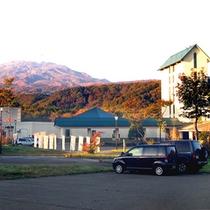 *【外観(秋)】秋は鳥海山の燃ゆる紅葉を愉しみながら。