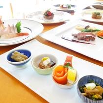 *(夕食一例)前菜からいろんなお料理を味わえる和洋折衷コース。