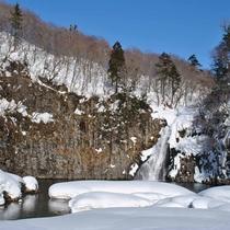 *雪に包まれた法体の滝。
