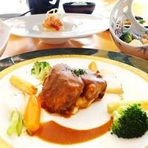*(夕食一例)お肉が柔らかくコクのあるビーフシチューはシェフ自慢の一品。
