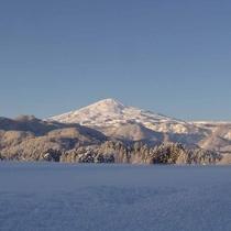 *真っ白な雪に覆われた鳥海山と青空のコントラストが綺麗に映ります