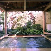 ひのき風呂に併設の露天風呂