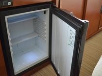 お部屋の冷蔵庫。中身は空の状態。